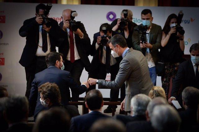 Els presidents de la Generalitat i del Govern espanyol, Pere Aragonès i Pedro Sánchez, se saluden en l'acte de Foment del Treball