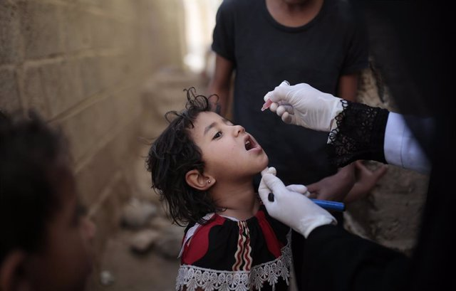 Archivo - 29 November 2020, Yemen, Sanaa: A Yemeni health worker vaccinates a child against Polio as part of a three-day house-to-house national immunization campaign to vaccinate more than 5 million children across Yemen. Photo: Hani Al-Ansi/dpa