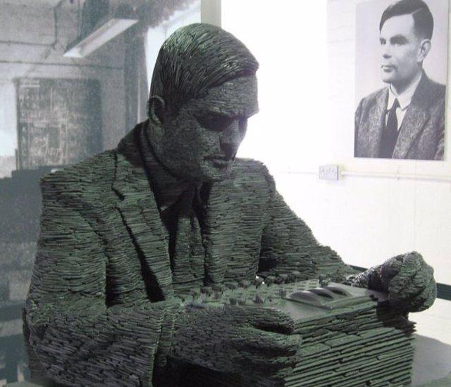 Estatua de Turing  y su retrato de fondo.