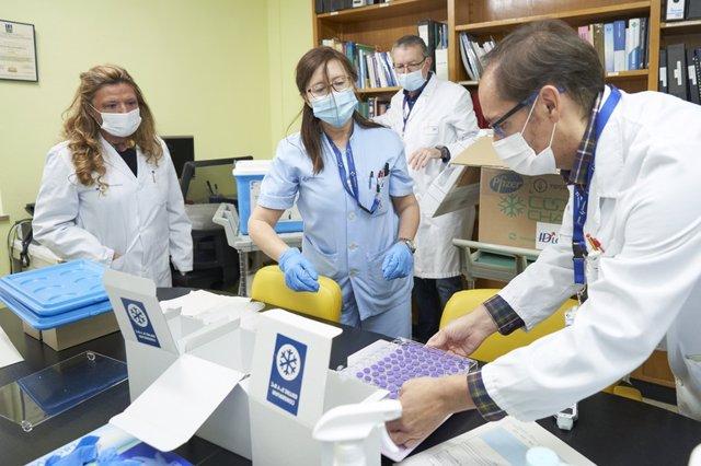 Archivo - La consejera Sagardui asiste a la recepción de las primeras vacunas a Euskadi
