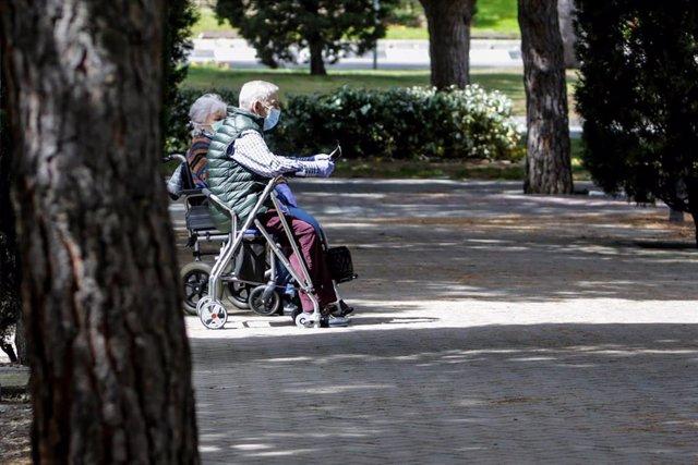 Archivo - Dos ancianos con andadores sentados en un banco en el primer día en que los españoles pueden salir de casa a pasear y hacer ejercicio al aire libre, pero solo en determinadas franjas horarias, divididos por edades, en el mismo municipio de resid