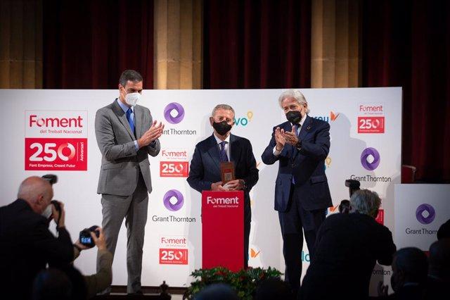 El president del Govern espanyol, Pedro Sánchez; l'editor de 'La Vanguardia', Javier Godó, i el president de Foment del Treball, Josep Sánchez Llibre.