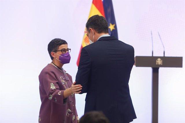 Archivo - La ministra de Asuntos Exteriores, Unión Europea y Cooperación, Arancha González Laya, agarra del brazo al presidente del Gobierno, Pedro Sánchez, en el acto de presentación de la Guía de la Política Exterior Feminista, con la que España sigue l