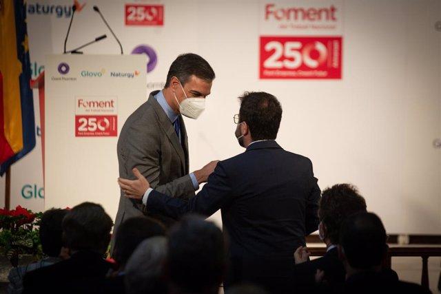 El president del Govern, Pedro Sánchez (i) i el president de la Generalitat, Pere Aragonés (d), durant l'entrega de la medalla del 250 aniversari de Foment del Treball a l'editor de ?La Vanguardia?, Javier Godó, el 7 de juny de 2021, a Barcelona, C