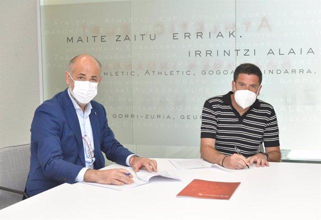 Imanol de la Sota firma el contrato con el presidente del Athletic Club de Bilbao, Aitor Elizegi.