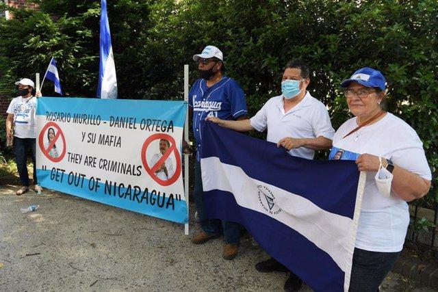 Concentración en las cercanías de la Embajada de Nicaragua en Washington, Estados Unidos, en contra del Gobierno de Daniel Ortega.