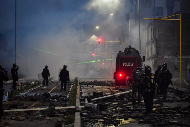 28 May 2021, Colombia, Pasto: Riot police clash with demonstrators during a protest against the government of President Ivan Duque Marquez. Colombian President Ivan Duque on Friday night said military assistance would be sent to support police in the Cauc