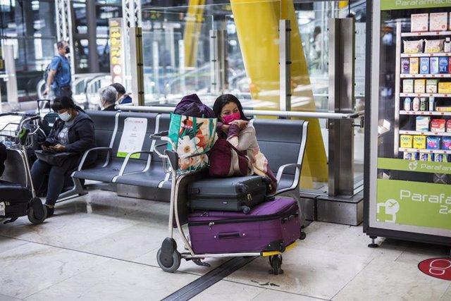 Una pasajera espera en las instalaciones de la Terminal T4  del Aeropuerto Adolfo Suárez Madrid-Barajas, a 7 de junio de 2021, en Madrid, (España). España permite desde este lunes la entrada de viajeros que acrediten estar vacunados contra la Covid-19 des