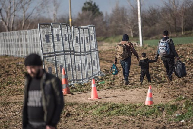 Archivo - 03 March 2020, Turkey, Pazarkule: Refugees carry their belongings as they arrive to the gates of the Pazarkule Border Crossing along the Turkish-Greek border. Thousands of migrants arrived to the border crossing after Ankara said it could no lon