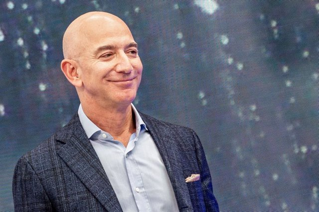Archivo - FILED - 25 September 2019, US, Los Angeles: Jeff Bezos, founder of Amazon, attends the company's novelties event. Amazon plans to invest 1 billion dollars to help digitize small and medium sized businesses in India, Bezos said  Wednesday. Photo: