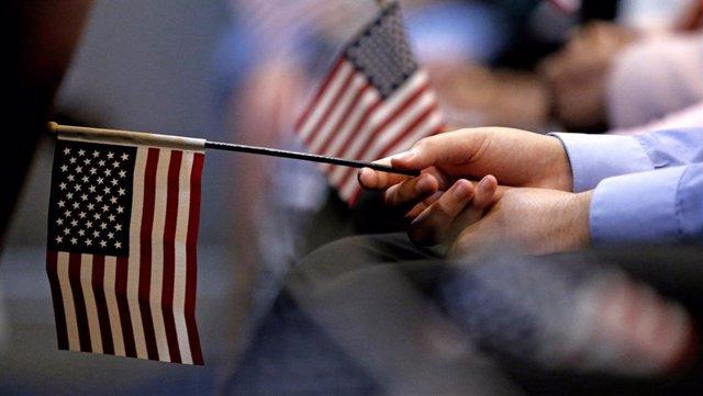 Banderas de Estados Unidos durante un acto de acceso a la ciudadanía para inmigrantes
