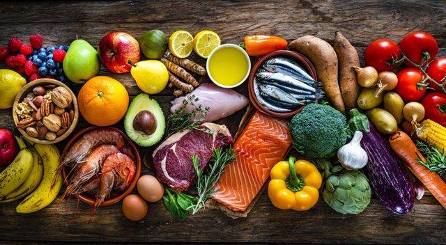 Archivo - Comida variada: pollo, aguacate, limones, naranjas, salmón, pimiento, etc. Dieta
