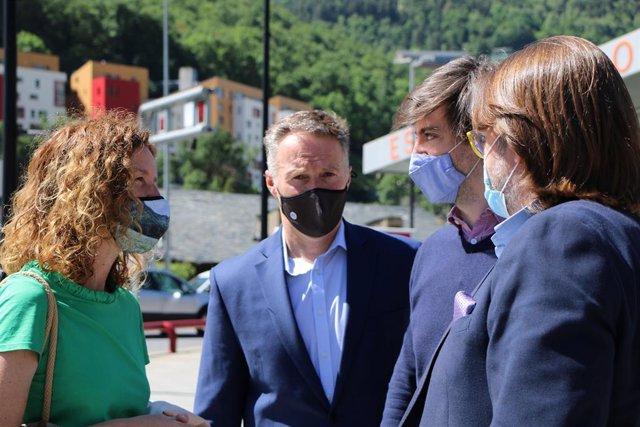 La ministra Calvó conversa amb els presidents dels grups parlamentaris de la majoria -Costa, Enseñat i Naudi-.