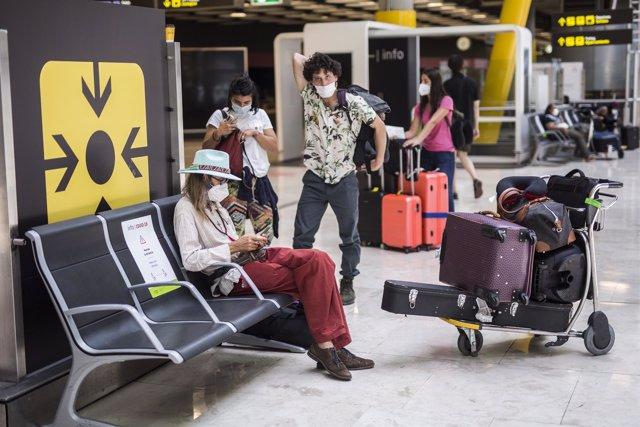 Passatgers d'un vol procedent de l'Uruguai a la seva arribada a les instal·lacions de la Terminal T4  de l'Aeroport Adolfo Suárez Madrid-Barajas, a 7 de juny de 2021, a Madrid, (Espanya). Espanya permet des d'aquest dilluns l'entrada de viatgers que acred