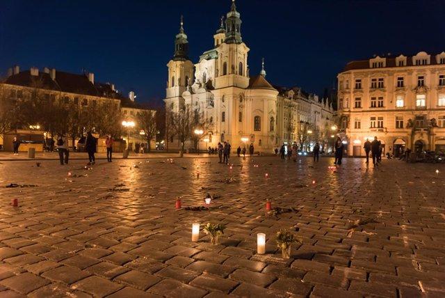 Homenaje a las víctimas del coronavirus en la plaza de la Ciudad Vieja de Praga