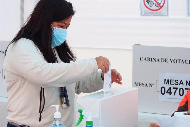 Votante peruano emite su voto durante la segunda vuelta de las elecciones presidenciales de Perú.