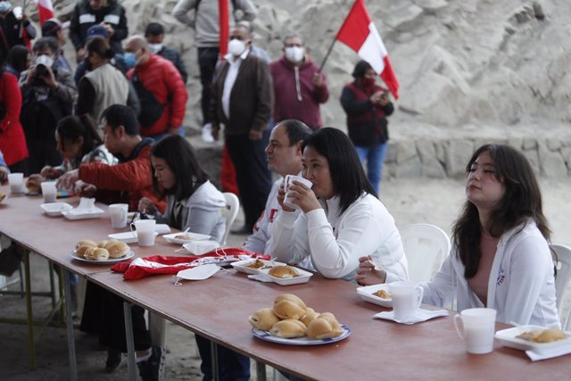 06 June 2021, Peru, Lima: Keiko Fujimori (2nd R), presidential candidate of the Popular Force party held the traditional breakfast in the district of san juan de lurigancho. Marxist village schoolteacher Pedro Castillo and right-wing populist Keiko Fujimo