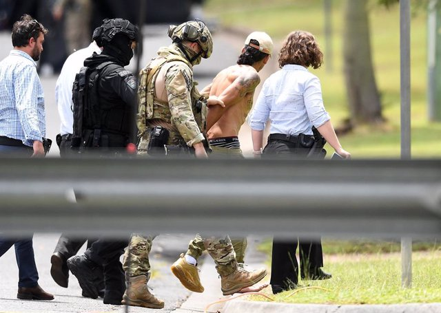 Archivo - 19 February 2021, Australia, Brisbane: Police SERT team arrest a man, after an armed siege in Sunnybank. Police have cordoned off streets near Banoon station in Brisbane, with a stand-off involving an armed man. Photo: Dan Peled/AAP/dpa