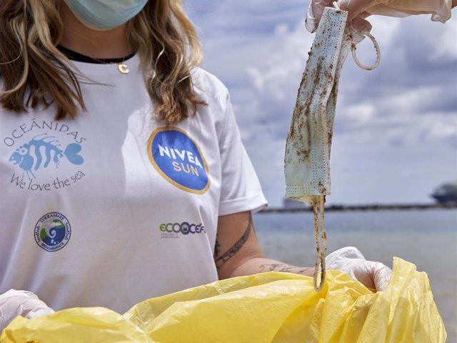 Archivo - La ONG OCEANIDAS con el proyecto Red de Vigilantes Marinos en colaboración con NIVEA SUN, Terramare Medioambiente, ECOCEANOS y BUCEO y Vida, organizan una limpieza de playas y fondos marinos en la playa de Las Teresitas de Tenerife.