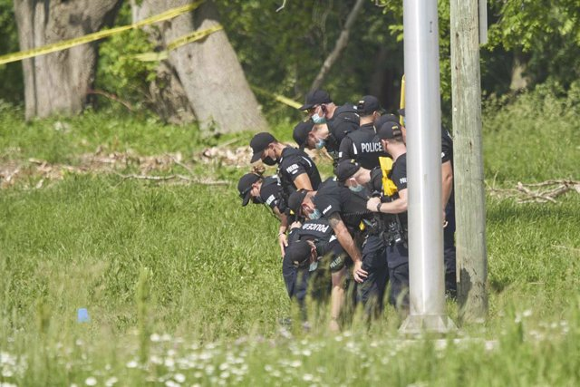 07 June 2021, Canada, London: Police officers investigate the scene of a car crash that killed four people from a Muslim family. A20-year-old driver of a pick-up truck had hit several people on Sunday evining killing four from a Muslim family. Police ass
