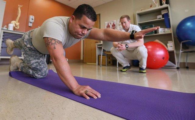 Archivo - Soldado evaluado por un fisioterapeuta.