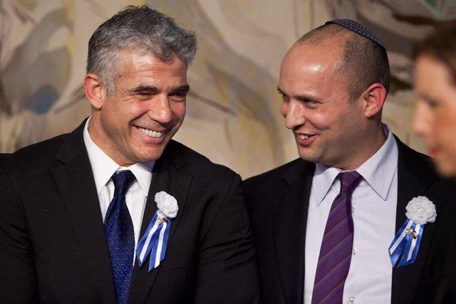 Naftali Bennett, del partido Yamina, junto al líder del partido centrista Yesh Atid, Yair Lapid