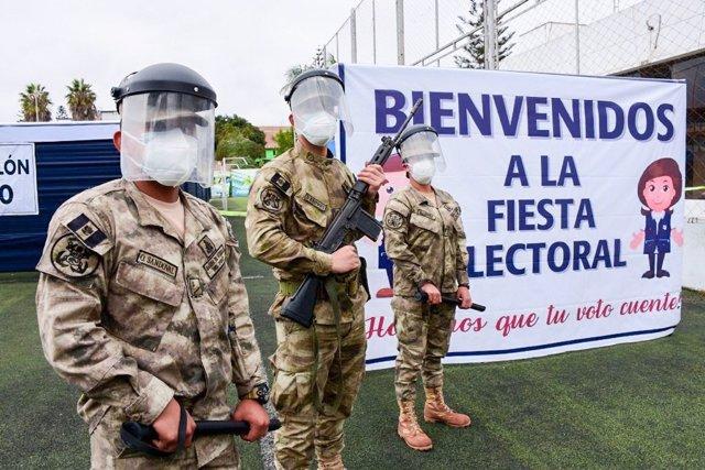 Personal militar durante las elecciones presidenciales en Perú
