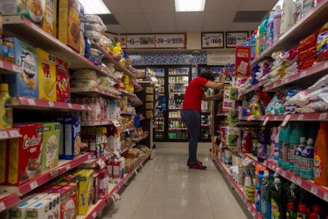 Archivo - Una refugiada salvadoreña trabaja en una tienda de Monterrey