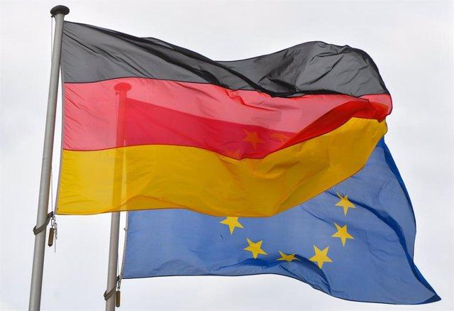Archivo - Bandera de Alemania y de la Unión Europea