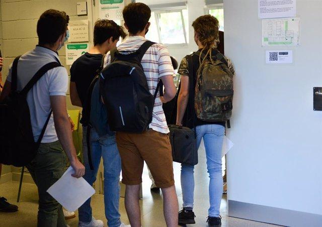 Uns alumnes entren a les PAU al Campus Montilivi de la UdG.