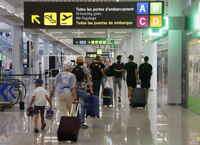 Archivo - Pasajeros en el aeropuerto de Palma.
