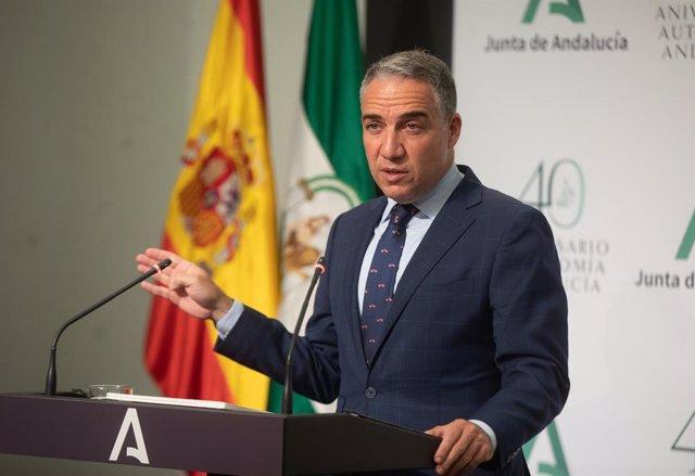 El consejero de la Presidencia, Administración Pública e Interior y portavoz del Gobierno andaluz, Elías Bendodo (d), en  la rueda del prensa posterior a la reunión del Consejo de Gobierno de la Junta de Andalucía a 08 de junio del 2021 en el Palacio de S