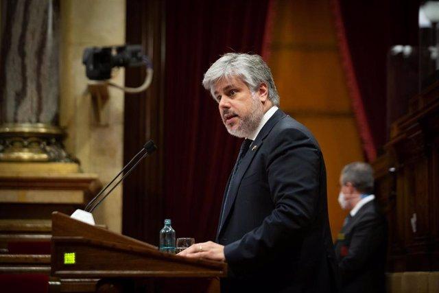 El presidente de Junts en el Parlament, Albert Batet, interviene en la primera sesión de control del nuevo Ejecutivo, a 2 de junio de 2021, en el Parlament de Catalunya, Barcelona, (España). Durante esta sesión, marcada por la presentación de los miembros