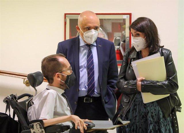 El portavoz de Unidas Podemos, Pablo Echenique, conversa con los portavoces del PSOE Rafael Simancas y Adriana Lastra