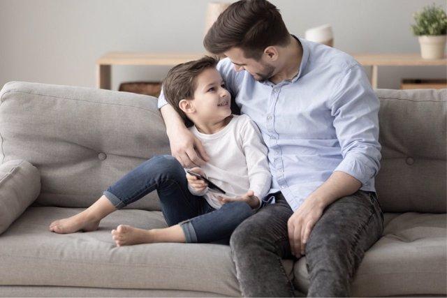 Archivo - Un  padre cuida de su hijo.
