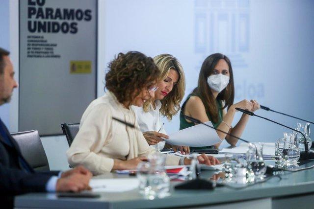 (I-D) La ministra portavoz, María Jesús Montero; la vicepresidenta tercera y ministra de Trabajo y Economía Social, Yolanda Díaz y la ministra de Derechos Sociales y Agenda 2030, Ione Belarra, comparecen en rueda de prensa tras la celebración del Consejo