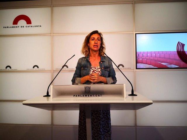 La diputada de la CUP Laia Estrada en la conferència de premsa al Parlament.