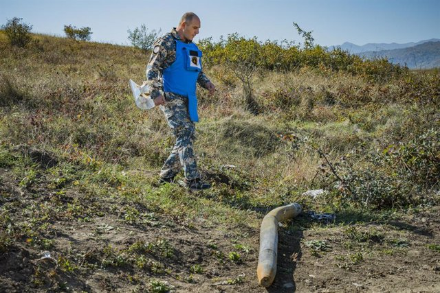 Archivo - Un experto desactivador en trabajos de neutralización de un cohete en Stepanakert, en Nagorno Karabaj