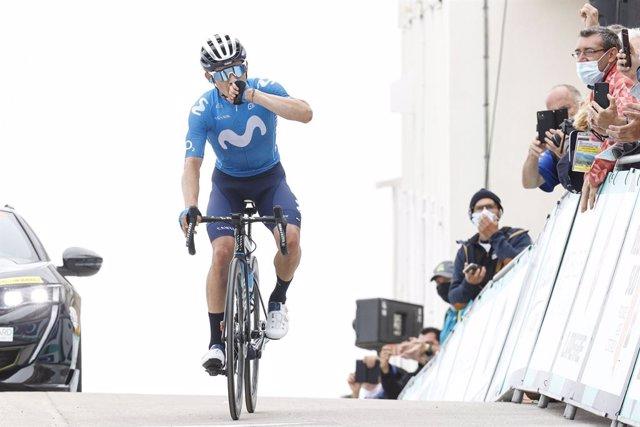 El ciclista colombiano del Movistar Miguel Ángel López gana en el Mont Ventoux antes del Tour de 2021.