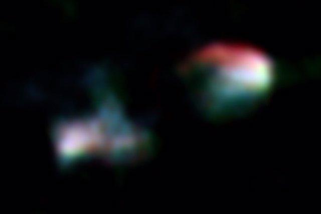 La imagen compuesta de banda de radio de Arp 187 obtenida por los telescopios VLA y ALMA. Muestra lóbulos en chorro bimodales claros, pero el núcleo central (centro de la imagen)  es oscuro / sin detección.
