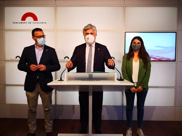 El presidente de Junts en el Parlament, Albert Batet, con la portavoz parlamentaria, Mònica Sales, y el adjunto Josep Rius