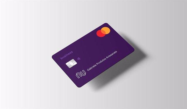 Archivo - Una tarjeta de débito del banco brasileño Nubank
