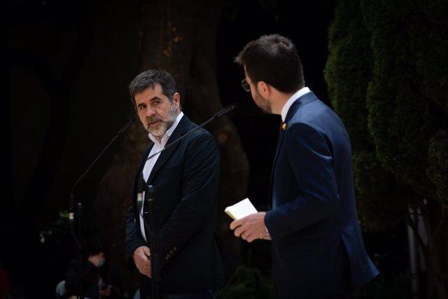 El president de la Generalitat en funciones, Pere Aragonès (d) y el secretario general de Junts, Jordi Sànchez (i) realizan una intervención conjunta, a 17 de mayo de 2021, en Barcelona, Catalunya (España). ARCHIVO