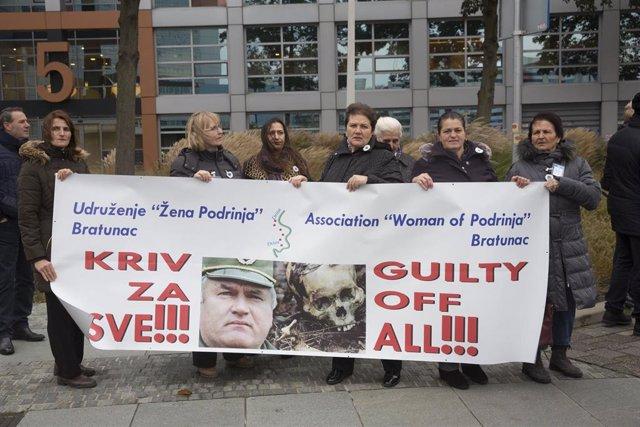 Archivo - Personas protestan contra el exgeneral serbobosnio Ratko Mladic, el 'carnicero de Srebrenica'.