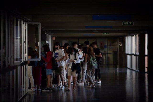 Un grup d'estudiants arribada a la Facultat d'Economia i Empresa.