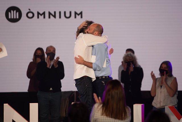 El president d'Òmnium Cultural, Jordi Cuixart, abraça al vicepresident d'Òmnium, Marcel Mauri