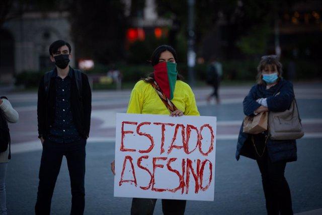 Varias personas durante una manifestación en solidaridad con Colombia, en la Plaza de Catalunya, a 10 de mayo de 2021, en Barcelona, Cataluña (España). La protesta ha sido convocada por la plataforma internacional SOS Colombia. Las movilizaciones comenzar