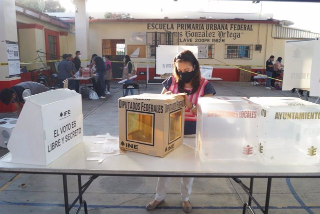 06 June 2021, Mexico, Mexico City: Election workers begin setting up polling stations for Mexico's general and regional elections. Photo: El Universal/El Universal via ZUMA Wire/dpa