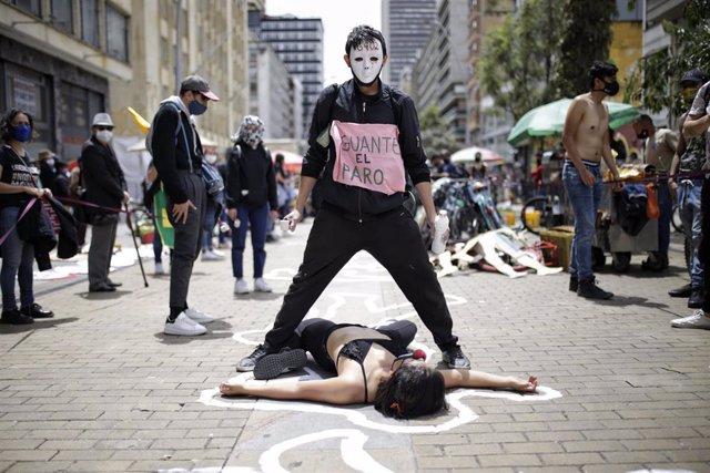 Activistas realizan una performance por las víctimas de las protestas.