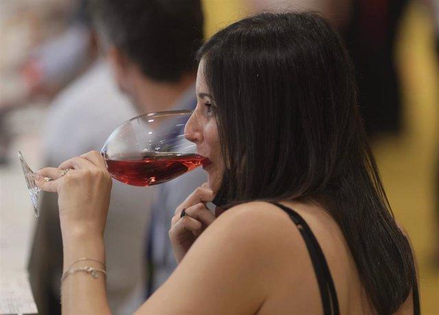 Una mujer bebe vino durante el día de apertura de Madrid Fusión 2021 en Feria de Madrid IFEMA, a 31 de mayo de 2021, en Madrid (España). Madrid Fusión constituye el primer congreso global de gastronomía. La edición XIX de Madrid Fusión se desarrolla del 3